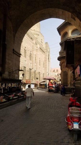 ズウェーラ門をくぐると、地元のマーケット、スークが広がる