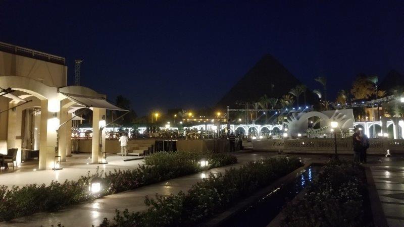 マリオット・メナ・ハウス・ホテルからは、夜もライトアップされたピラミッドが見える