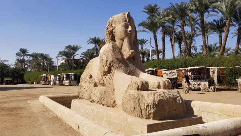 エジプトのメンフィスにある、バスター製のスフィンクス