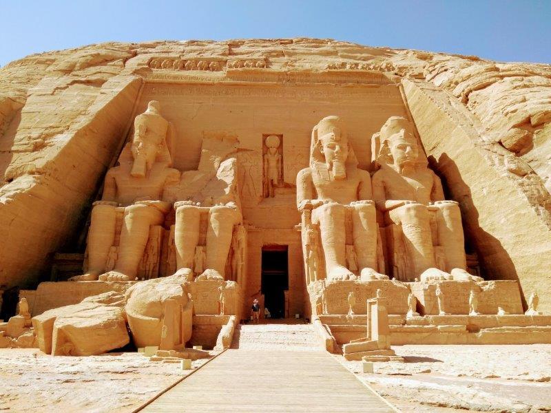 アブ・シンベルの大神殿。4体のラムセス王の巨像。