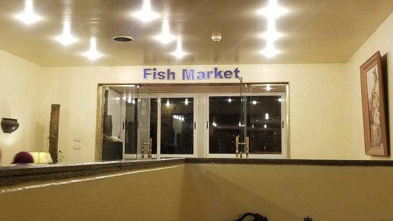 """アレクサンドリアのシーフードレストラン、""""Fish Market"""" の入り口"""