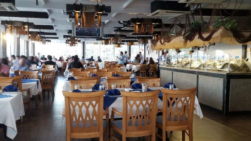 """アレクサンドリアのシーフードレストラン、""""Fish Market"""" の店内"""
