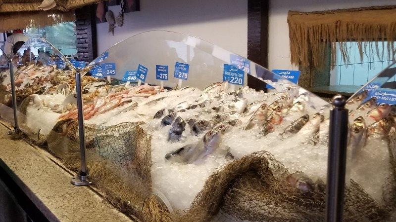 """アレクサンドリアのシーフードレストラン、""""Fish Market"""" の魚介類"""