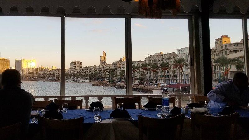 """アレクサンドリアのシーフードレストラン、""""Fish Market"""" の窓際の席"""