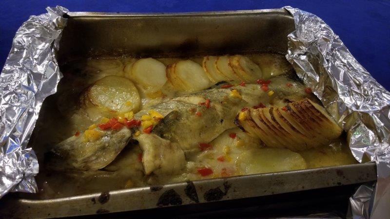 """アレクサンドリアのシーフードレストラン、""""Fish Market"""" の魚オーブン焼き"""