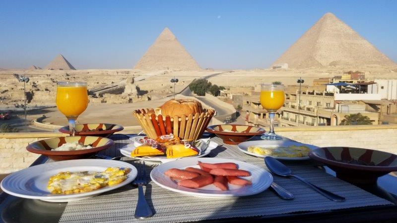 ピラミットとスフィンクスを眺めながらの絶景ホテル朝食