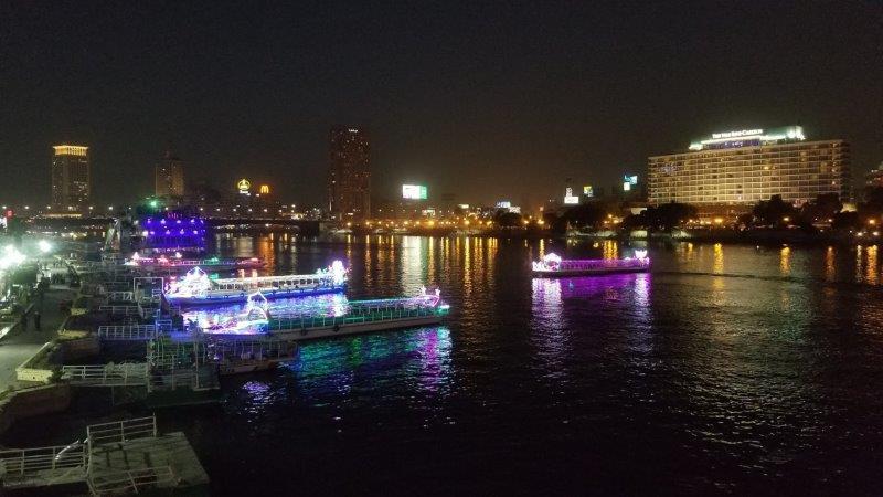 ライトアップされたカイロの新市街と中州地区
