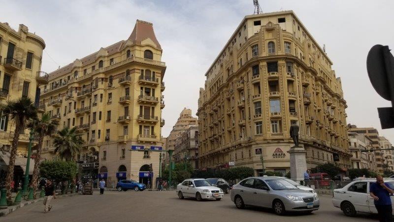 人と車で混み合うエジプトの首都カイロの新市街-ダウンタウン