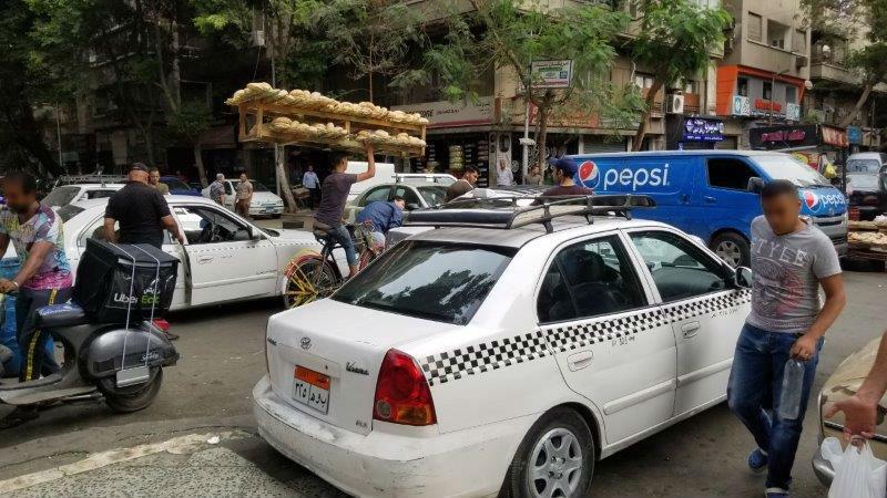 エジプト・カイロの白いタクシー。