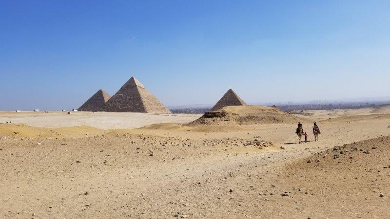 ギザ・ピラミッド群傍のラクダ乗り