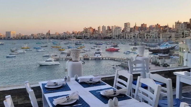 """エジプト・アレクサンドリアのシーフードレストラン、""""White and Blue"""" の眺め"""