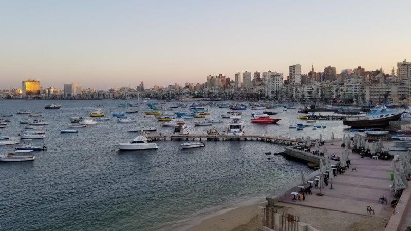 """エジプト・アレクサンドリアのシーフードレストラン、""""White and Blue"""" から眺める地中海"""