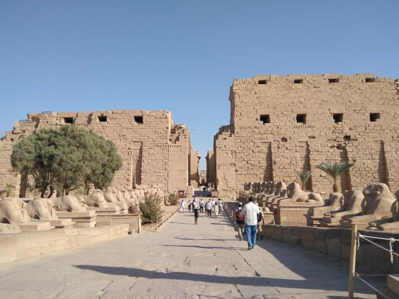 エジプト、ルクソールのカルナック神殿入り口とスフィンクス参道