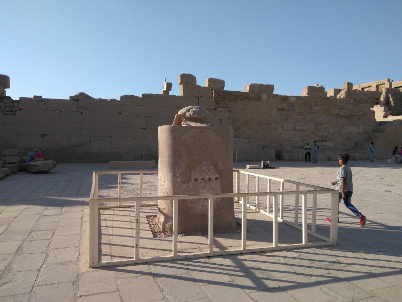 エジプト、ルクソールにあるカルナック神殿。スカラベの像。