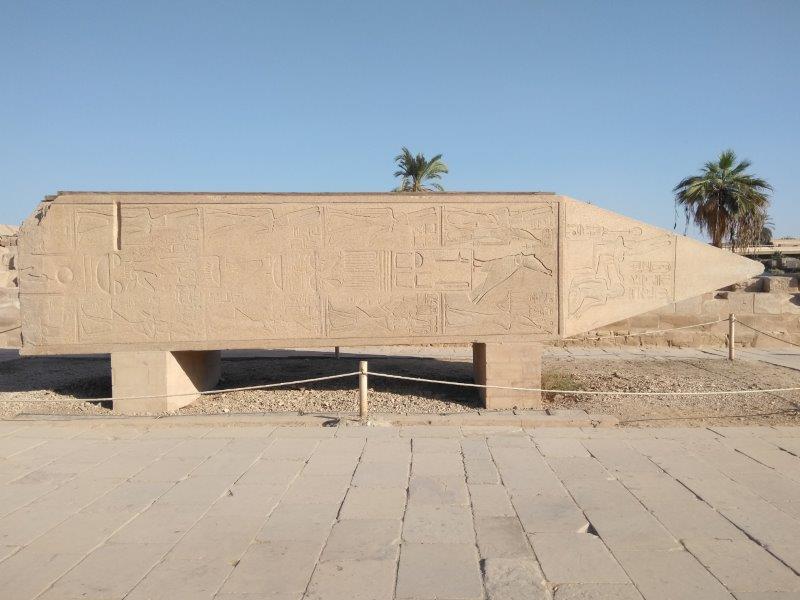 エジプト、ルクソールにあるカルナック神殿。ハトシェプスト女王の倒れたオベリスク。