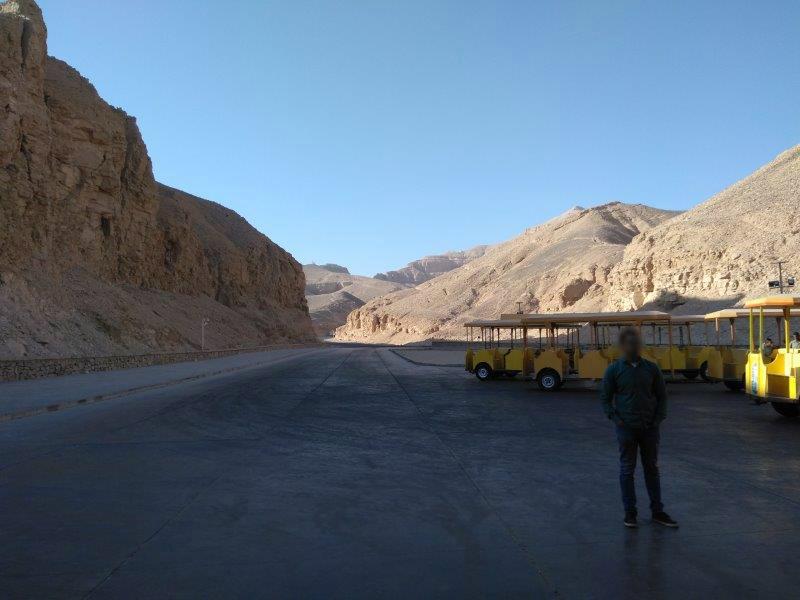 エジプト、ルクソールにある王家の谷。観光客を運ぶトロリー。