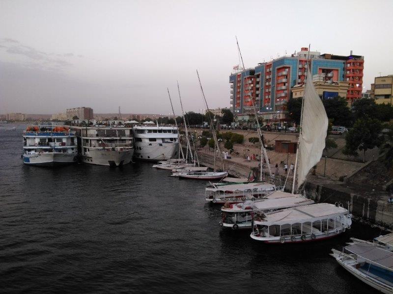 クルーズ船が停泊するアスワンの港