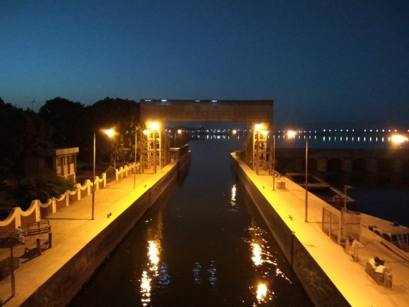 ナイルクルーズ。エスナの水門に入るところ。