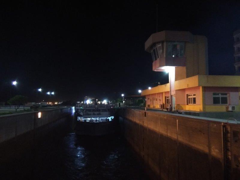 ナイル川クルーズ。エスナ・ロックでの水位調節。