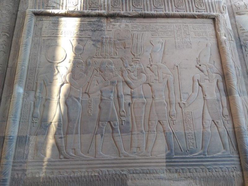 ナイル川クルーズ。コム・オンボ神殿のホルス神のレリーフ