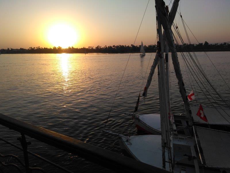 エジプト、ルクソール。ナイルに沈む夕日。