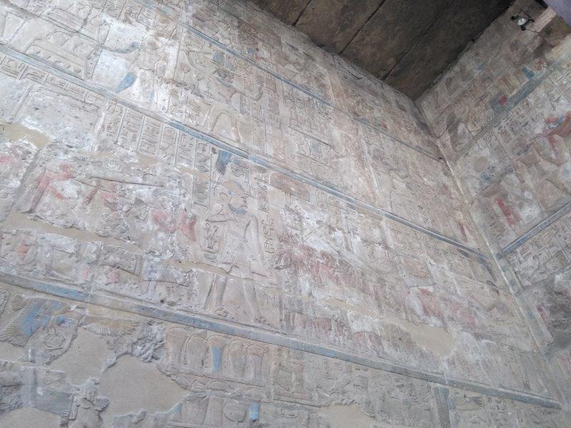 エジプト、ルクソール神殿のレリーフ。まだうっすらと色が残る。