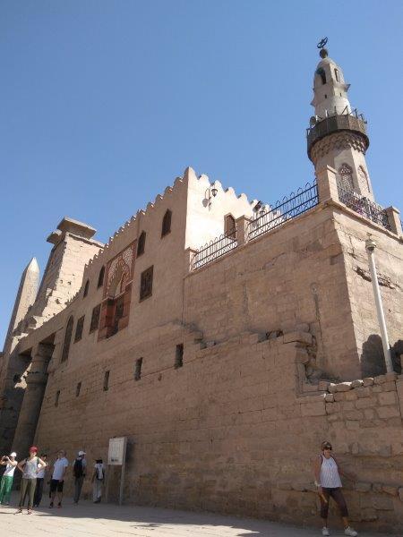 エジプト、ルクソール神殿内のイスラム教のモスク。