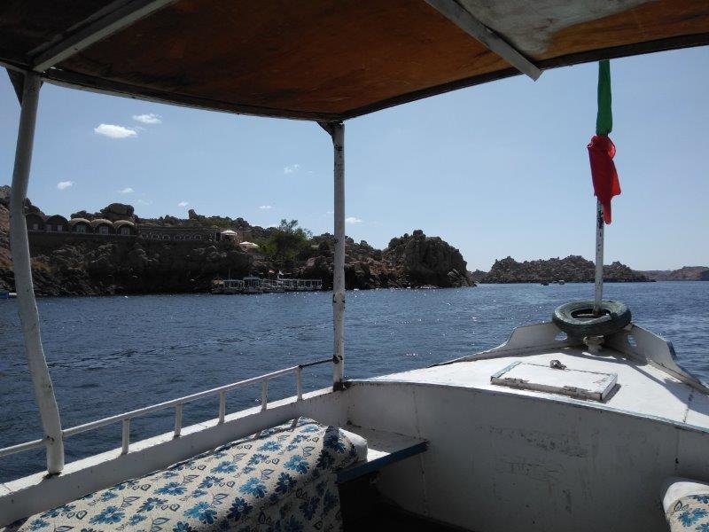 フィラエ神殿に向かうボート