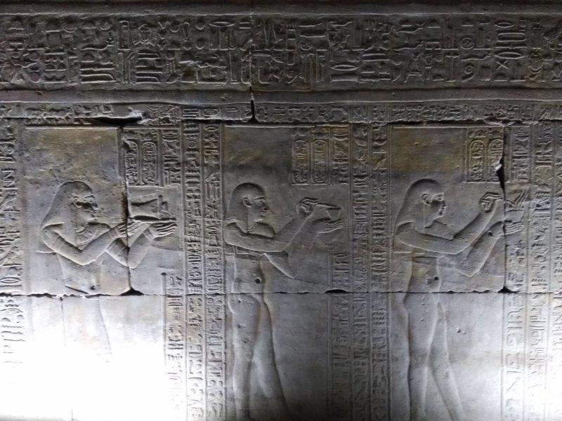 ナイルクルーズ。ホルス神殿の薬の作り方を描いたレリーフ。