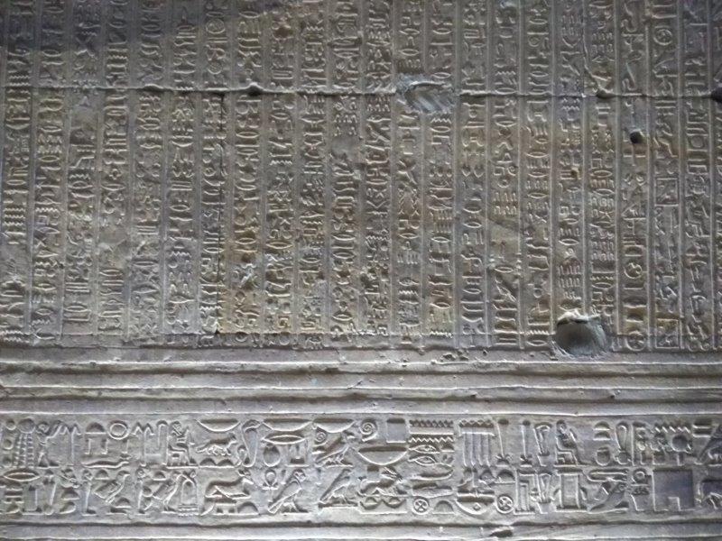 ナイル川クルーズ。ホルス神殿のレリーフ。