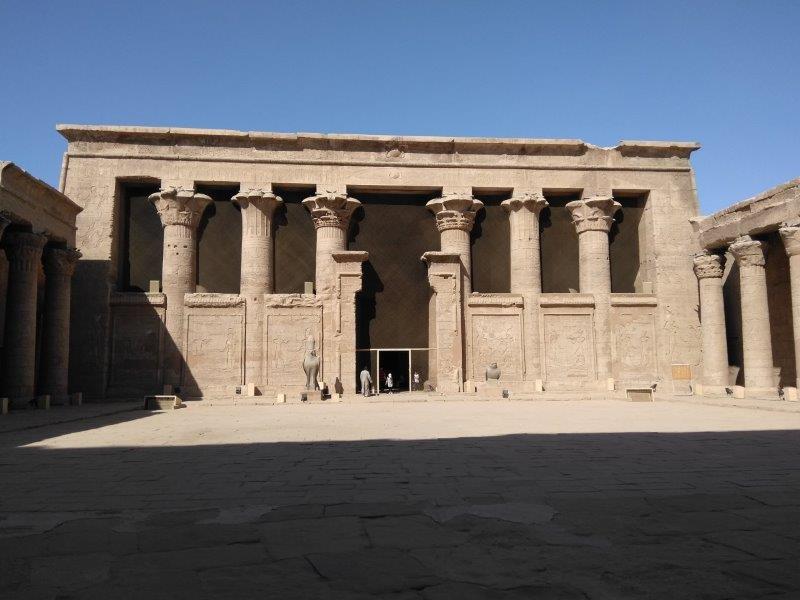 ナイル川クルーズ。エドフ・ホルス神殿の内部。