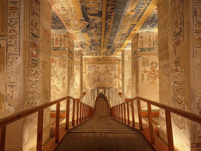 エジプト、ルクソールにある王家の谷。ラムセス6世の墓の内部。いまだに鮮やかな色が残る。
