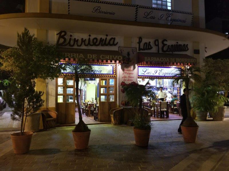 """メキシコ・グアダラハラ、歴史地区にある人気のメキシコ料理レストラン""""Birrieria Las 9 Esquinas""""。"""
