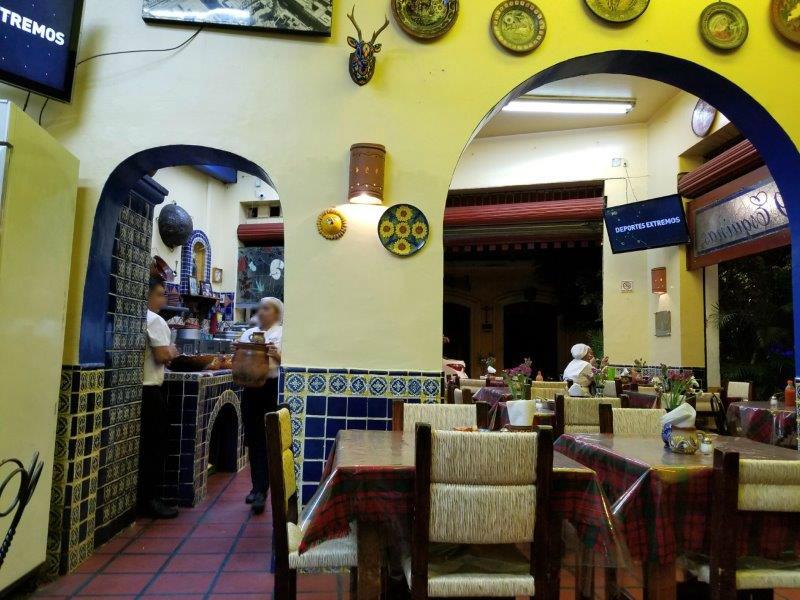 """メキシコ・グアダラハラ、歴史地区でおすすめのメキシコ料理レストラン""""Birrieria Las 9 Esquinas""""。カラフルな店内。"""
