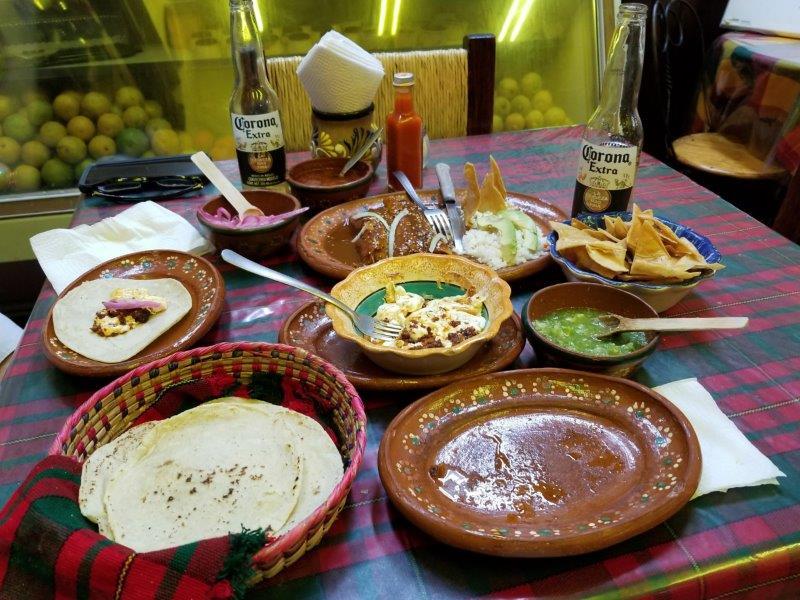 """メキシコ・グアダラハラ、歴史地区でおすすめのレストラン""""Birrieria Las 9 Esquinas""""。メキシコ料理のディナー。"""