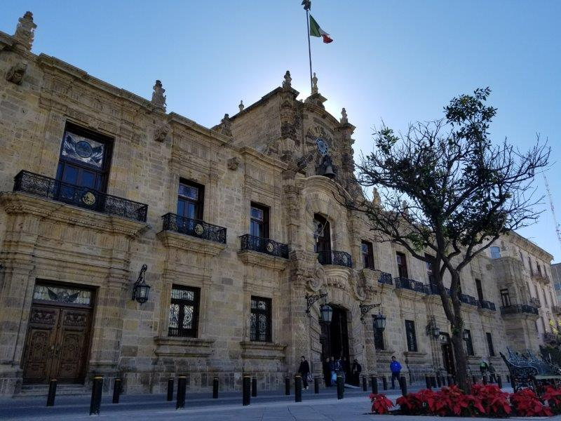 """グアダラハラ歴史地区にあるハリスコ州庁舎。""""Palacio de Gobierno""""."""