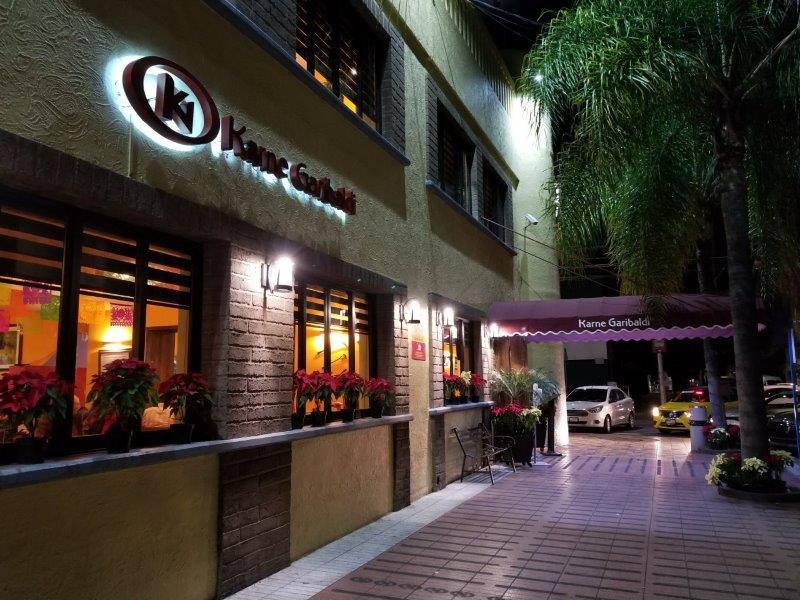 """メキシコ・グアダラハラ中心部の人気メキシコ料理のファミリーレストラン""""Karne Garibaldi"""""""