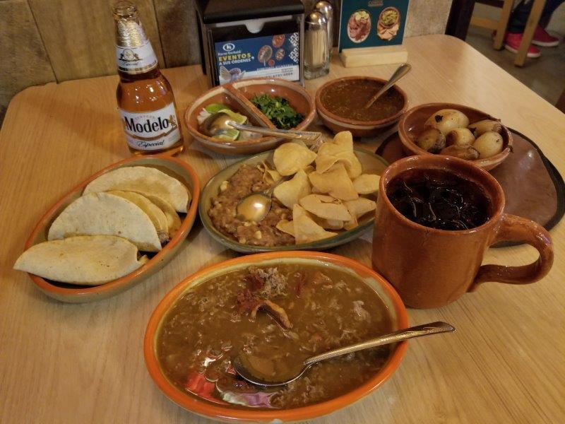 """メキシコ・グアダラハラ中心部のおすすめレストラン""""Karne Garibaldi""""。メキシコ料理のディナー。"""