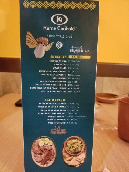 """メキシコ・グアダラハラ中心部の人気レストラン""""Karne Garibaldi""""。メニュー。"""
