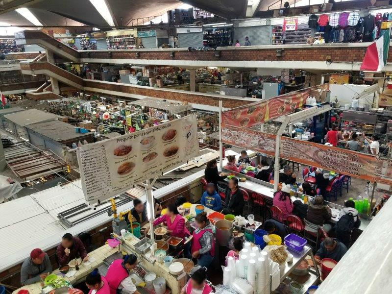 メキシコ・グアダラハラのリベルタ市場のショップと食品街。