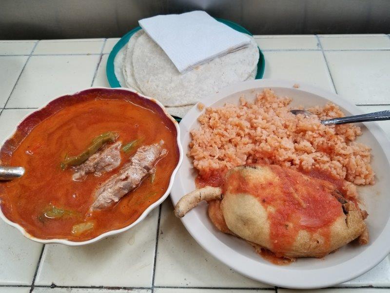 メキシコ・グアダラハラのリベルタ市場で食べたランチ。ポークとサボテンのスープ」と「巨大ピーマンフライ」