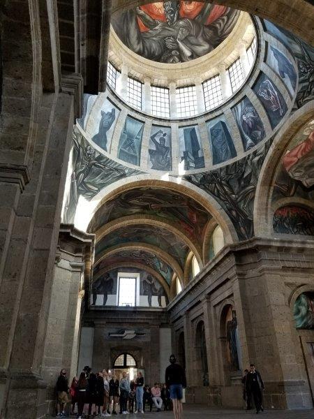 画家オロスコの天井画「炎の人」。グアダラハラのオスピシオ・カバーニャス。