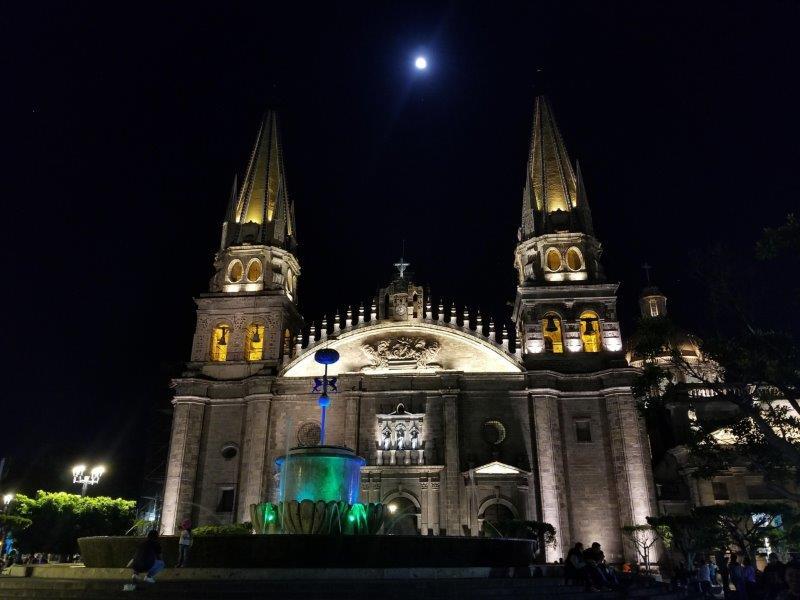メキシコ・グアダラハラ大聖堂とグアダラハラ広場のライトアップ
