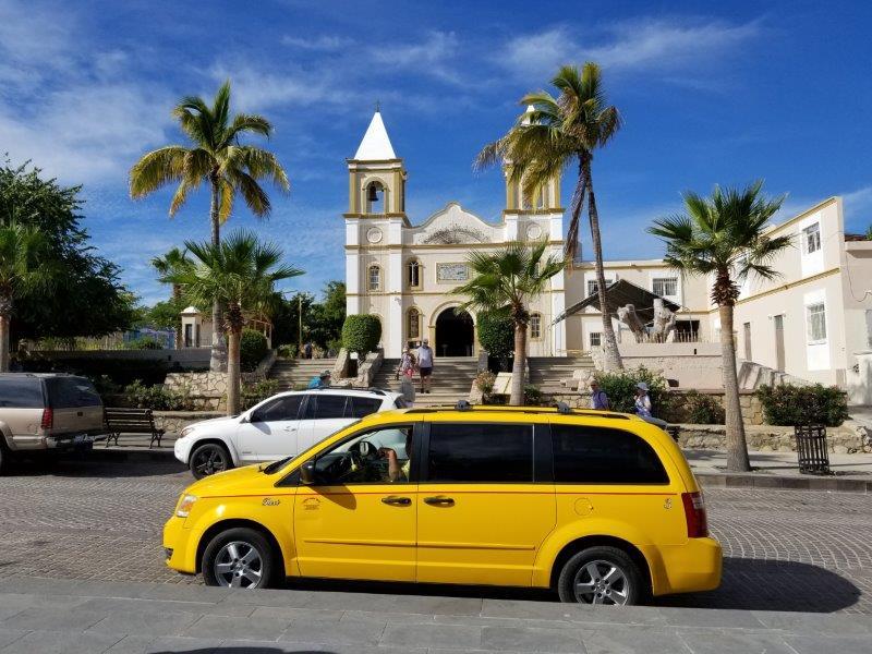サンホセ・デル・カボのダウンタウン。カトリック教会とミハレス広場。Plaza Mijares.