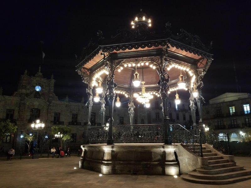 メキシコ・グアダラハラの歴史地区、アルマス広場のライトアップ。