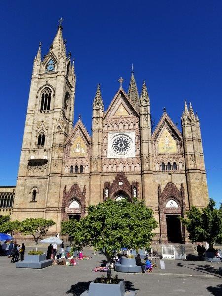 メキシコ・グアダラハラのカトリック教会、Templo Expiatorioと広場。