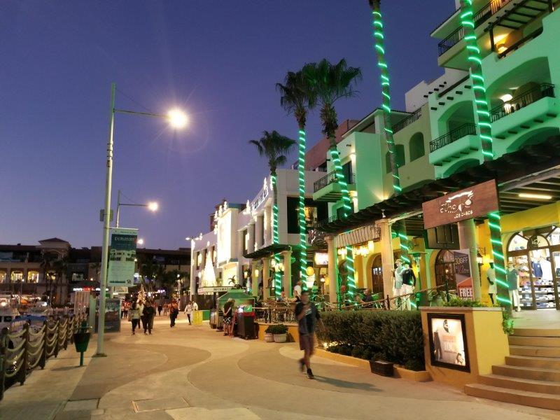 メキシコのロス・カボス。カボ・サン・ルーカスの街。レストランやショップが並ぶ、賑やかな港町。