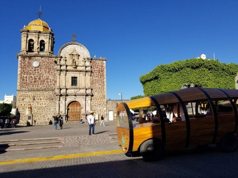 メキシコ・テキーラ村の中心にある教会と広場。テキーラツアーにて。