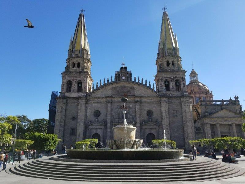 """グアダラハラ観光・グアダラハラ広場とグアダラハラ大聖堂 """"Plaza Guadalajara"""", and  """"Catedral de Guadalajara""""。"""