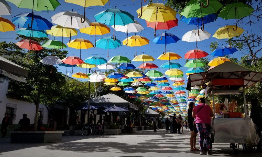 グアダラハラ観光・カラフルな傘の通り